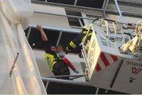 VIDEO: Dramatická záchrana v Praze 6: Holčička (8) uvízla na nezajištěném balkoně!