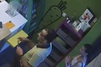 """VIDEO: Lstí odlákali prodavačku nápojů! Pak jí zloději """"štípli"""" mobil, při odchodu poděkovali"""