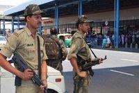 Policisté na letišti se moc smáli, vedení je hubuje. Ohrožují prý bezpečnost