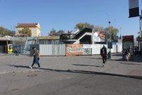 Na Vltavské se uzavřel jeden z vchodů do metra. Lidé musejí podchodem, nebo výtahem
