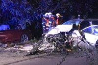 FOTO: Drsná srážka aut u Velké Chuchle. Jeden z pasažérů utekl, povolali na něj psovoda