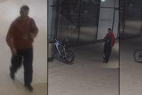 """U obchodního centra čekala cenná kořist: Zloděj na Pankráci """"štípl"""" kolo za 60 tisíc"""