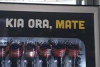 Trapas Coca-Coly: Firma smotala dva jazyky a návštěvníkům přála na automatu smrt