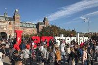 """Konec večírků a čůrání do kanálů. Amsterdam """"zaklekne"""" na neukázněné turisty"""