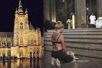 Prsa v katedrále sv. Víta: Mši kardinála Duky narušila polonahá aktivistka s trnovou korunou!