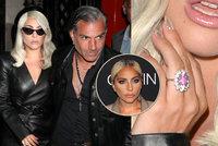 Lady Gaga přiznala zneužití, potvrdila zásnuby a ukázala obří prsten