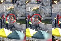Nahatý muž se čvachtal v kašně v centru Brna: Chtěl z vody ukrást padesátikorunu