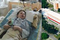 Hororová noční cesta špitálem! Adámek (10) po operaci mandlí upadl do kómatu. Krvácel a tohle musel ujít po svých!