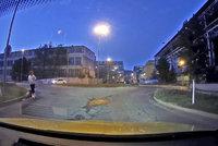 Dva koloběžkáři v Praze ohrožovali provoz: Jeli v protisměru i na kruhovém objezdu