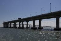 Čína otevře nejdelší most přes moře. Stavěli ho devět let, má 55 kilometrů