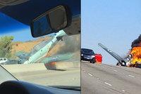 Letadlo se zřítilo na dálnici za plného provozu: Pilot prchal z ohnivého pekla!
