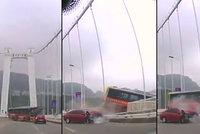Třináct mrtvých po nehodě autobusu: Kvůli potyčce řidiče s pasažérkou se zřítili z mostu