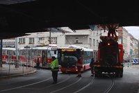 U Folimanky strhl dvoupatrový autobus trolej. Dopravní podnik ji opravuje