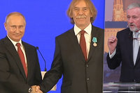 """""""Jako poznat dceru v péčku."""" Fotka Putina s Nohavicou pobouřila Topolánka"""
