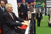 Zeman v Číně zahrál prezidentovi i na klavír. Nohám ulevil na vozíku