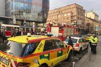Na Andělu srazila tramvaj chodkyni. Hasiči ji vyprošťují pomocí speciálních vaků