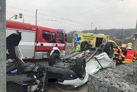 Vážná nehoda na Trojském mostě: Auto skončilo na střeše! Řidiče (64) museli vyprostit