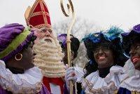"""Černý Petr budí emoce. Kvůli """"rasistické"""" vánoční postavě vyšli extremisté do ulic"""