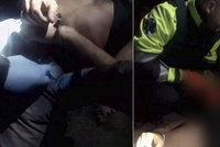 Drama jako z kriminálky! Opilec vyhrožoval nožem, pak omdlel a spadl ze střechy policistům do náruče