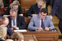 Trapas ve Sněmovně: Chvojka (ČSSD) vylil Kováčikovi (KSČM) kávu do hlasovacího zařízení