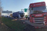 Dálnici D1 u Čestlic blokuje vážná nehoda: Tři kamiony se srazily, tvoří se dlouhé kolony