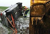 Převrácená auta, nehody: Sníh a ledovka ohrožují řidiče, na západě hlásí extrémní nebezpečí