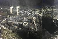 Spolujezdec zaklíněný v autě uhořel u Loučovic: Řidič je těžce zraněný