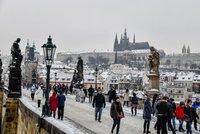 Mrzne až praští! Lidé se kácejí na namrzlých chodnících, pražští záchranáři ráno ošetřili 22 lidí