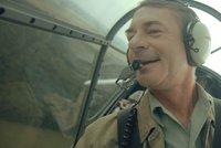 Kostka a Dvořák prchají před StB historickým letadlem: Chystá se film Narušitel