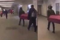 Dvojice napochodovala do metra s rakví: Lidé valili oči, průvodčí je vyhodil