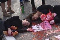 """""""Mrtvoly"""" na ulicích a opuštěné lodičky: Tisíce Izraelek protestují proti domácímu násilí"""