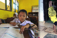 Malý hrdina! Handikepovaný chlapec (8) chodí každý den do školy tři kilometry po rukách