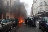 Slzný plyn, hořící auta a 55 zraněných. Velké protesty ochromily nejen Paříž