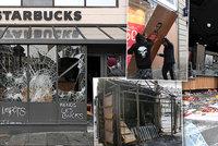 Vymlácené výlohy, obchody uklízí spoušť. A Macron chystá důležitý proslov k národu