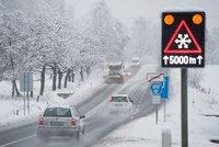 Ledovka, sníh a popadané stromy. Řidiči mají nejen na horách perné ráno