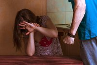 Partnerku a její dceru napadl paralyzérem: Z domu ho vyhnala policie, on se ale vrátil