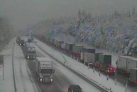 Dopravu komplikuje ledovka a sníh. Provoz na dálnici D1 zkolaboval