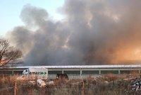Hoří sklad s pyrotechnikou v Horních Počernicích! Uvnitř jsou i tlakové lahve, hasiči halu evakuují