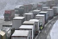 Zákaz jízdy kamionů vlevo nechá vláda Sněmovně. Dotkne se i sanitek a přívěsů?