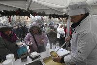Na Žižkově rozlévali rybí polévku: 450 porcí zmizelo za hodinu, navařily ji kuchařky základní školy