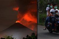 V exotickém ráji mají lidé nosit masky. Po tsunami a zemětřesení tu vybuchla sopka