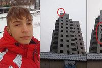 Šokující video: Chlapec (†15) skočil na přání matky z budovy. Neotevřel se mu padák!
