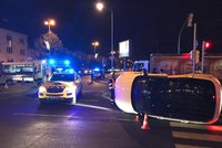 Luxusní SUV skončilo po srážce na boku: Nehoda blokuje dopravu na křižovatce v Krči, zasahují záchranáři