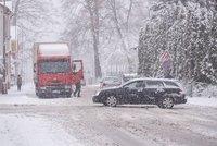Počasí na Plzeňsku potrápilo řidiče: Bourali i policisté! Do cesty jim vjel taxikář
