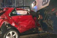 Auto vjelo na přejezdu přímo pod vlak: Pro ženu (25) letěl vrtulník