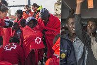 Odmítnutou loď s 311 migranty přijali Španělé. Běženci nadšením zpívali u břehu