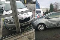 Zdrogovaný cizinec na Rychnovsku naboural policejní auto a bodal do něj nožem: Zničil i policejní celu