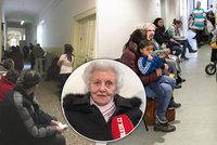 """""""Jdu si pro žebračenku."""" Věra (87) čeká na úřadu práce hodiny, má před sebou 70 lidí"""