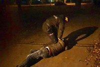 """VIDEO: Hon na """"honiče"""" ve Vysočanech: Cizinec se ukájel před nezletilými dívkami, policisté ho zadrželi"""
