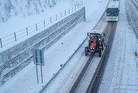 Sněhová kalamita: Lidé jsou bez proudu, autobus v příkopu a vlaky stojí